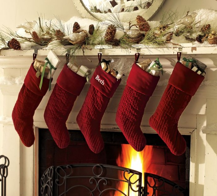 fireplace-mantel-christmas-decor-700x630