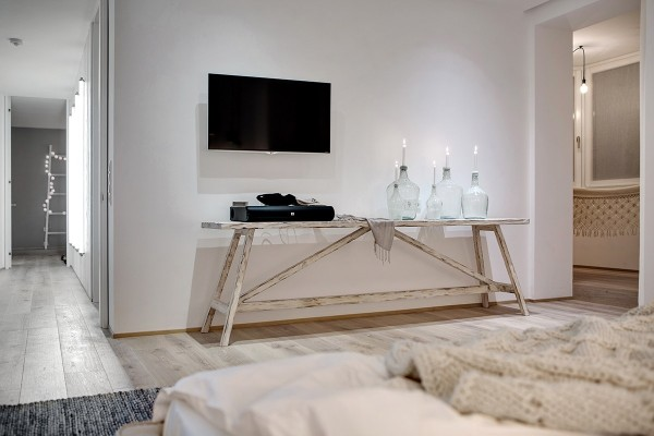 white-wood-and-glass-interior-600x400 (1)