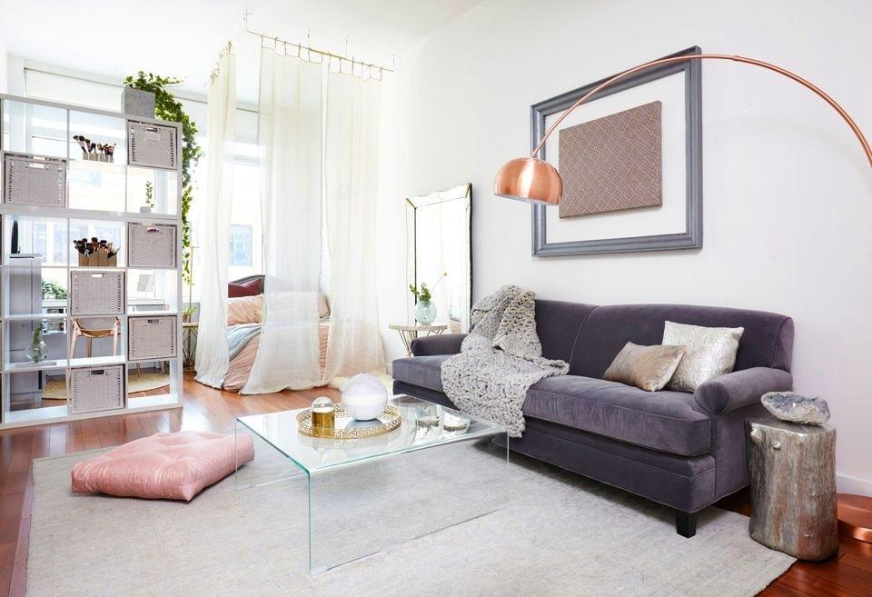 mẫu thiết kế vách ngăn gỗ phòng khách và bếp